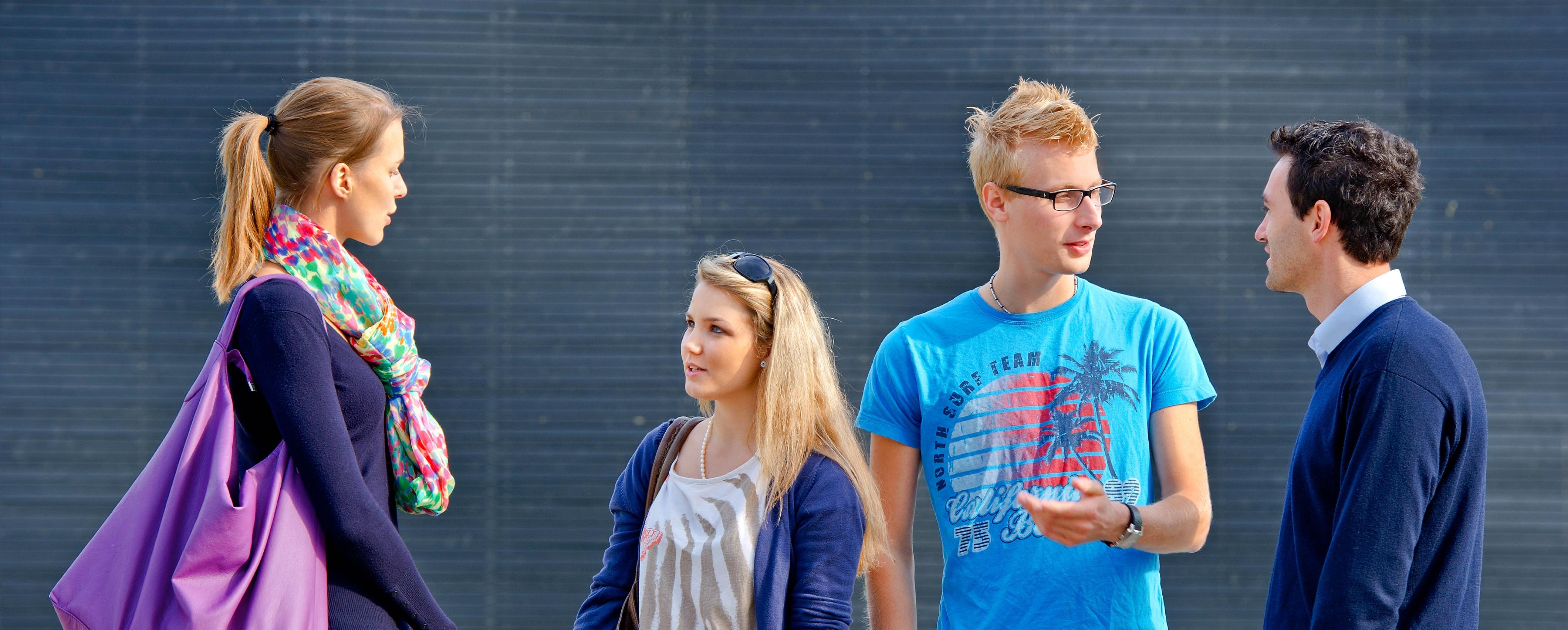 Students at university campus (Image: Andreas Heddergott/ TUM)