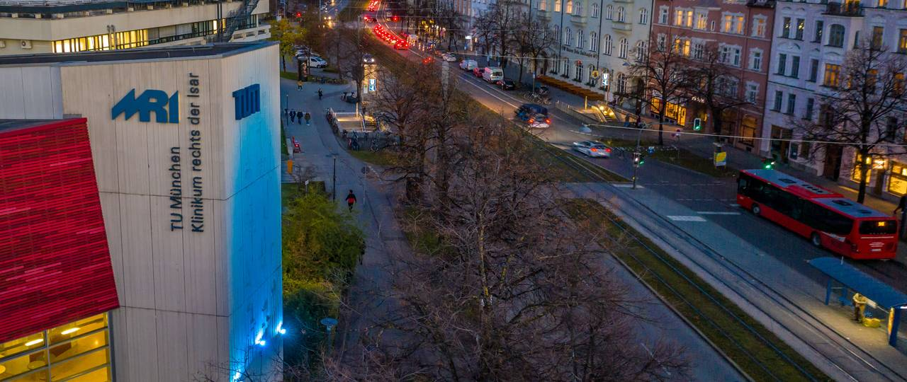 For the WHO campaign, the TUM illuminated its lecture hall building at the Klinikum rechts der Isar in the color teal.