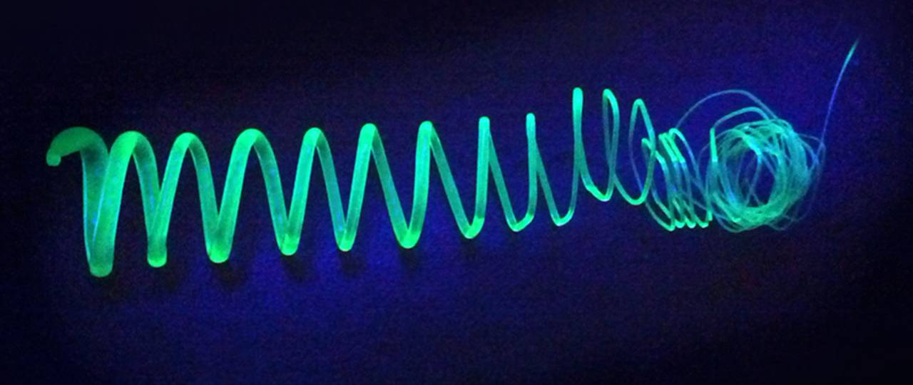 Extruded spiral made of polymer-coated silicon-nanosheets glowing in UV light - Photo: Tobias Helbich / TUM