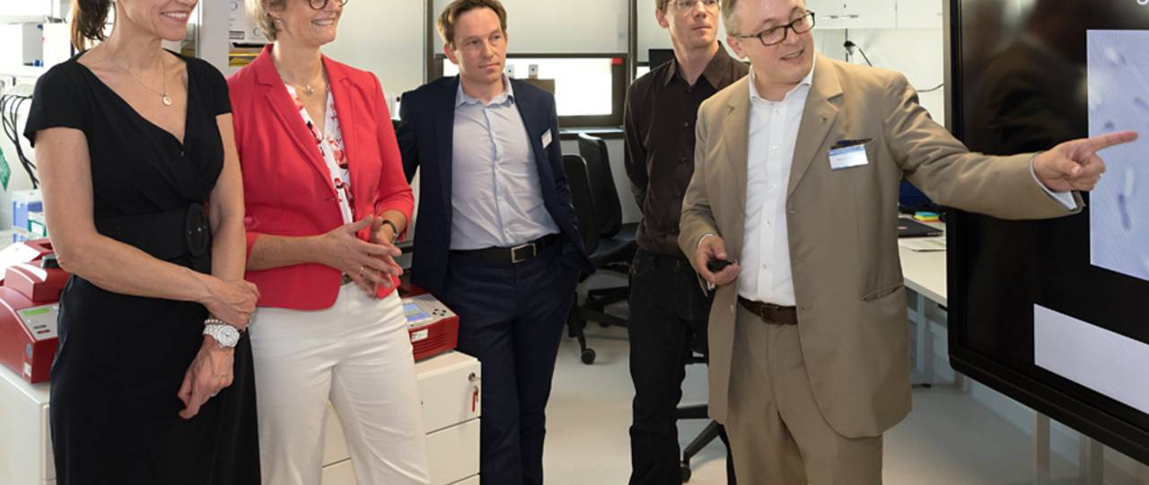 Visiting the TranslaTUM: German Federal Minister of Education and Research Anja Karliczek (2nd from left) and Bavarian State Minister for Science and Art Prof. Marion Kiechle (l.) in the laboratory of Prof. Oliver Hayden (r.). (Image: U. Benz / TUM)