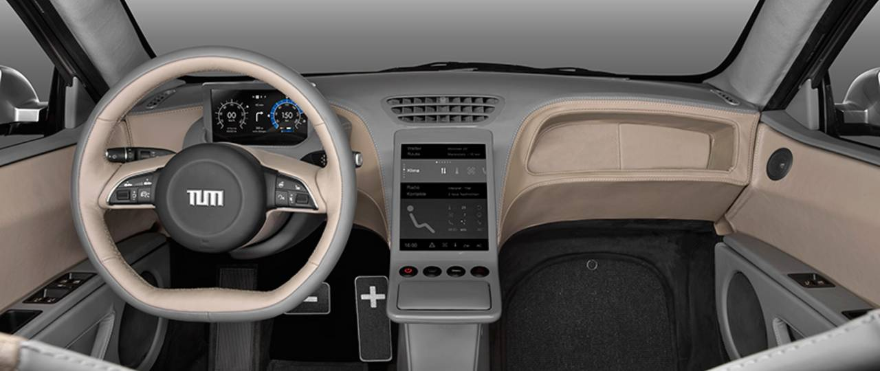 A central screen provides driving information. With simple swiping gestures the driver can enter commands on a touch pad (right). – Photo: Florian Lehmann / TUM