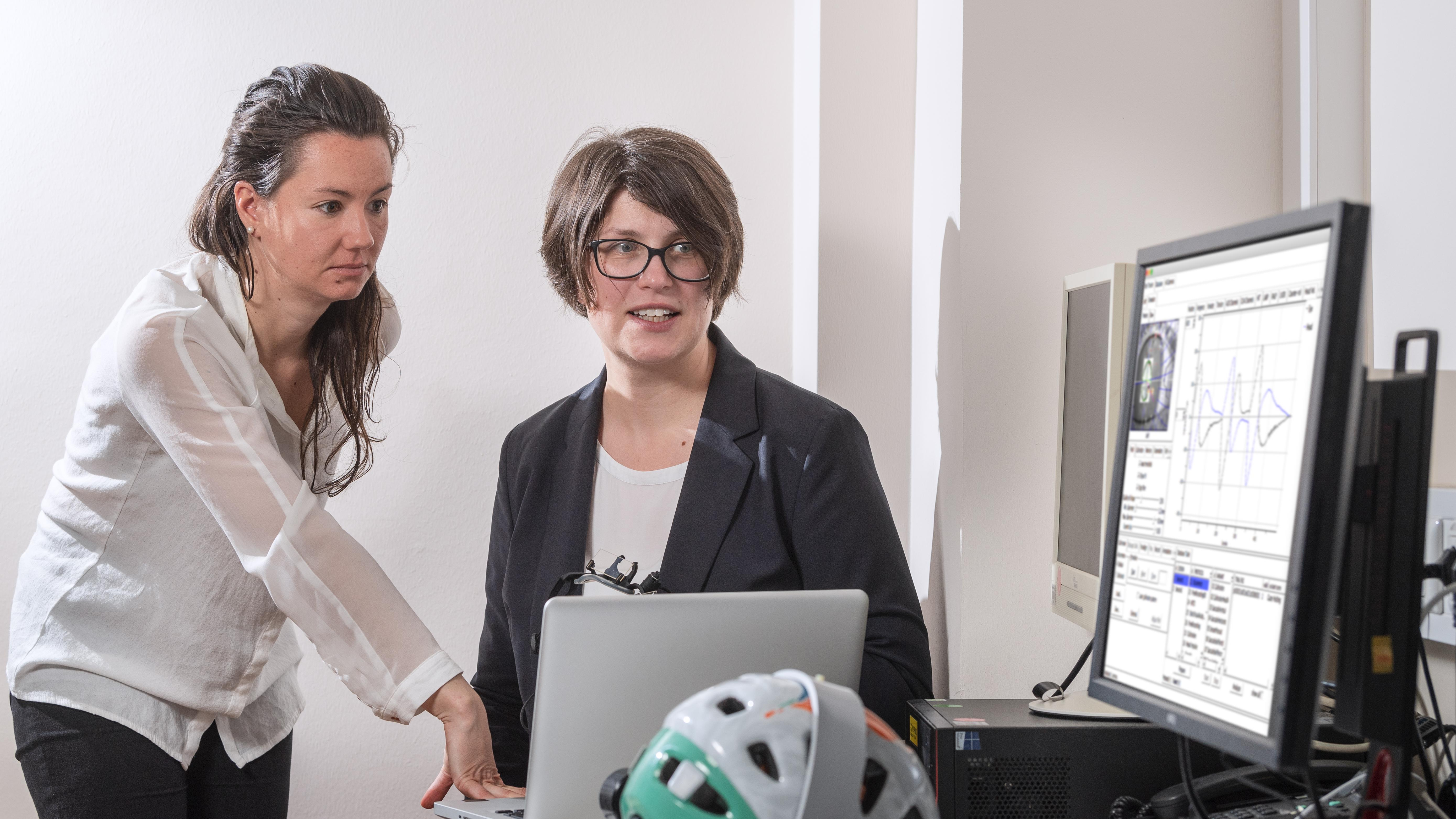 Dr. Cecilia Ramaioli (left) and Prof. Nadine Lehnen discuss results of some measurements in the study about functional dizziness and its causes.