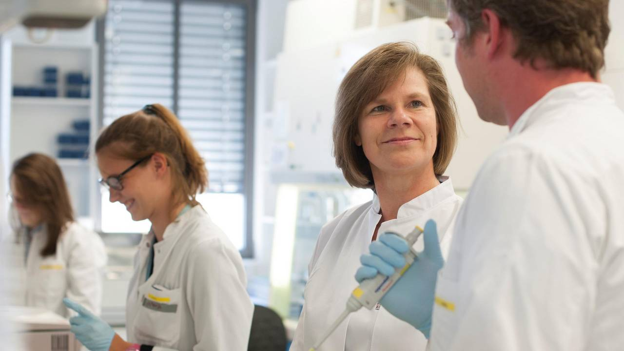 Prof. Ulrike Protzer with colleagues in the laboratory.