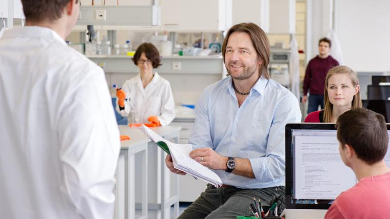 Prof. Matthias Tschöp with a working group in a laboratory