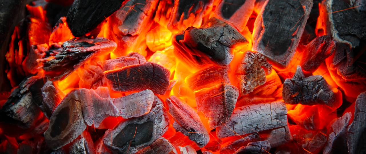 When fat reacts with glowing coal at a barbecue, a substance chemists call benzopyrene is created. It is a widespread environmental toxin that can cause cancer in humans.  (Photo: Fotolia/Dederer)