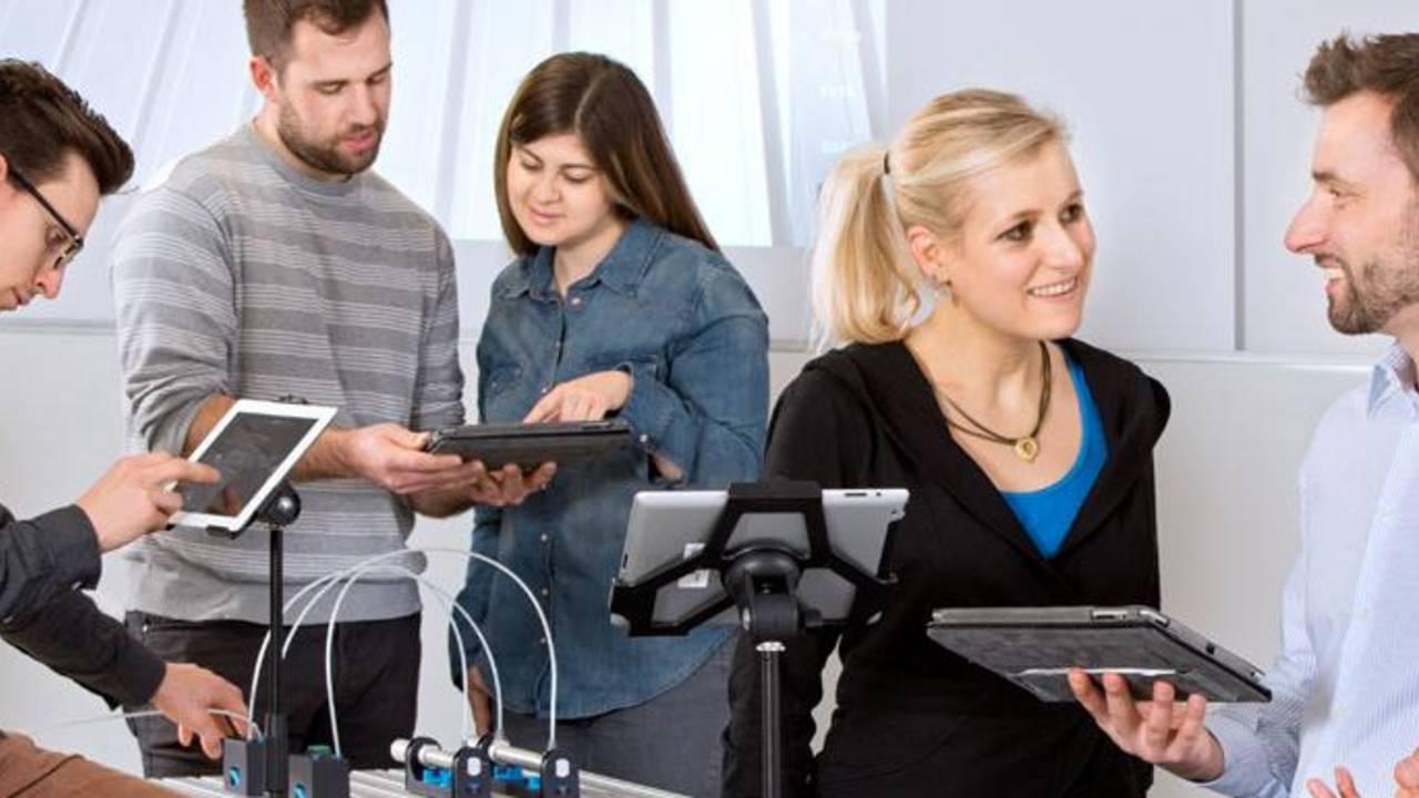 Dozent und Studierende mit Tablet-Computern. (Bild: A. Heddergott / TUM)