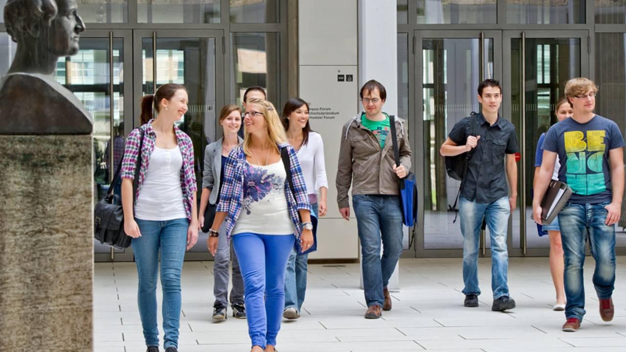 Studierende am Haupteingang der TUM