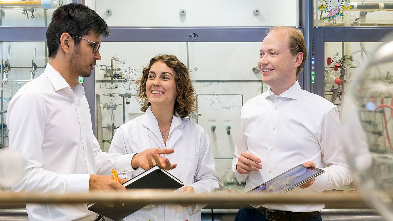 Die Erstautoren des Projekts in ihrem Labor im Catalysis Research Center (CRC) der TUM: Dr. Batyr Garlyyev, Kathrin Kratzl und Marlon Rück (v.l.n.r.)