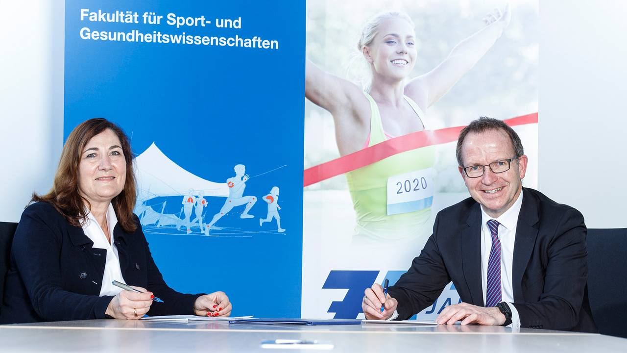 Prof. Renate Oberhoffer-Fritz (Dean of the Department of Sport and Health Sciences at TUM, left) and Jörg Ammon (President of BLSV).