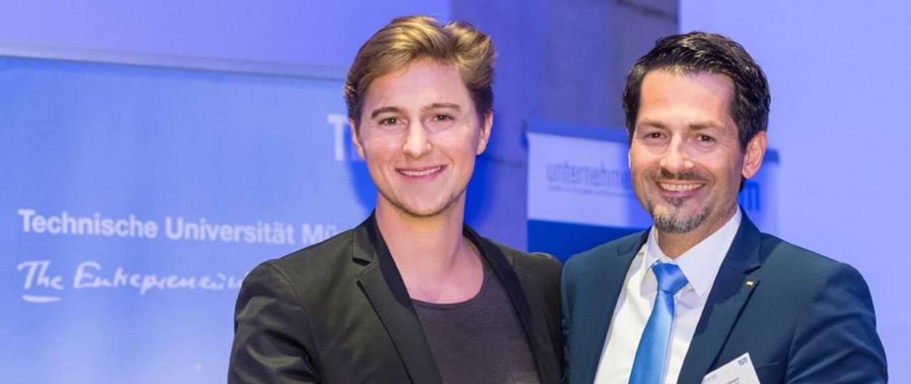 Thomas Hofmann, Senior Vice President – Research and Innovation at TUM presents Andreas Kunze of KONUX with the Presidential Entrepreneurship Award 2017.