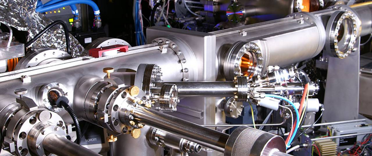 The ultra-thin layers of the metamaterial were produced with this molecular beam epitaxy system – Photo: W. Hoffmann / TUM