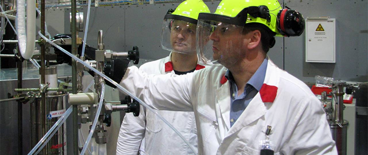 Prof. Florian Kraus and his colleague Dr. Sergei Ivlev at the powder diffractometer SPODI. (Image: M. Hölzel / TUM)