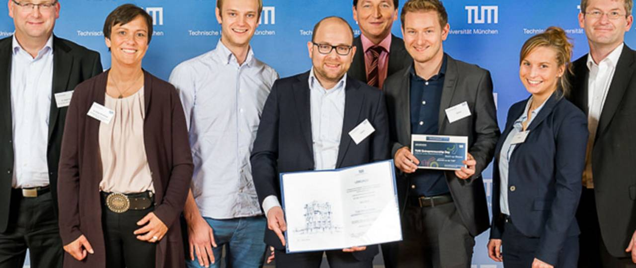 The winners: the Celonis-team Alexander Rinke, Bastian Nominacher (3rd and 4th person from left), Julia Meier and Julian Baumann (2nd and 3rd person from right) with the jury of the Presidential Entrepreneurship Awards. (Photo: Eckert / TUM)