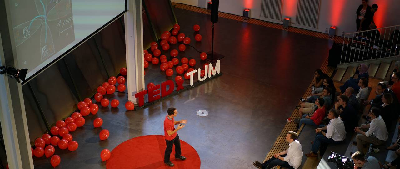 Prof. Markus Becherer from the TUM Chair of Nanoelectronics on the TEDxTUM stage. (Picture: Verena Braun)