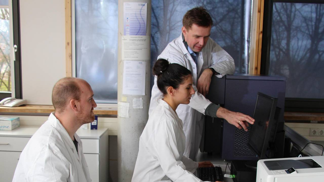 Prof. Dietmar Zehn (right) with the first author of the new study about chronicle immune responses, Francesca Alfei, and his staff member Markus Flosbach.