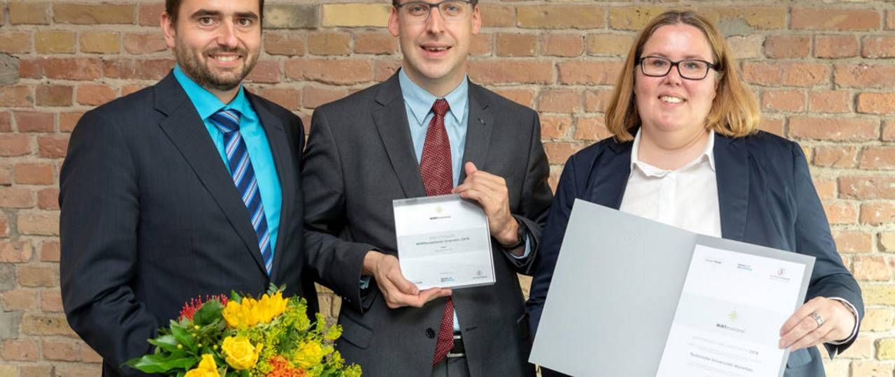 """The members of the project group """"MINT(um) Bachelor Plus"""" Florian Rattei, Dr. Thomas Maul and Claudia Meijering (from left to right) accept the award of the Stifterverband. (Image: Peter Himsel)"""