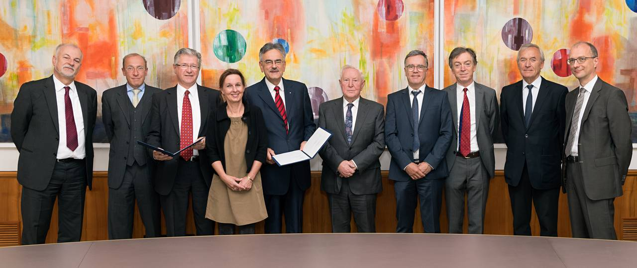 Signing of the contract with the chairmen, management board and other members of the Else Kröner-Fresenius-Stiftung, the three TUM professors, TUM President Herrmann and representatives of TUM fundraising. (Picture: Benz/ TUM)