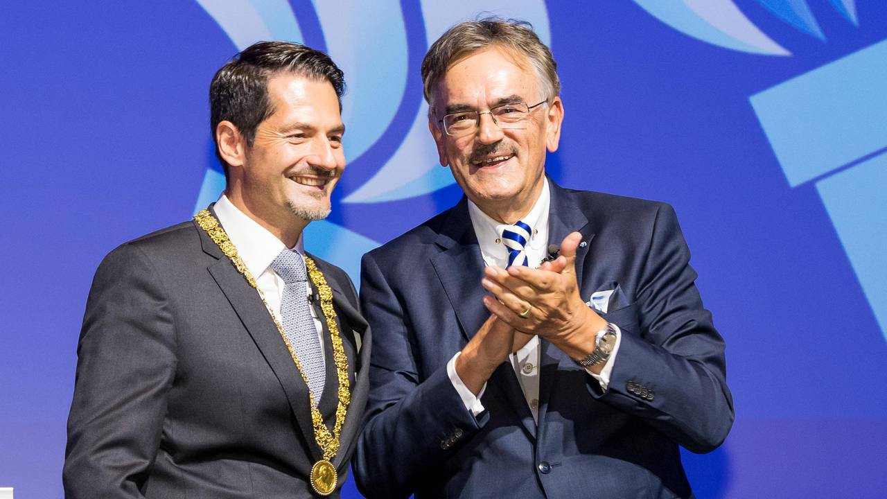 Wolfgang A. Herrmann (r.) has handed over the chain of office of the TUM President to Thomas F. Hofmann.