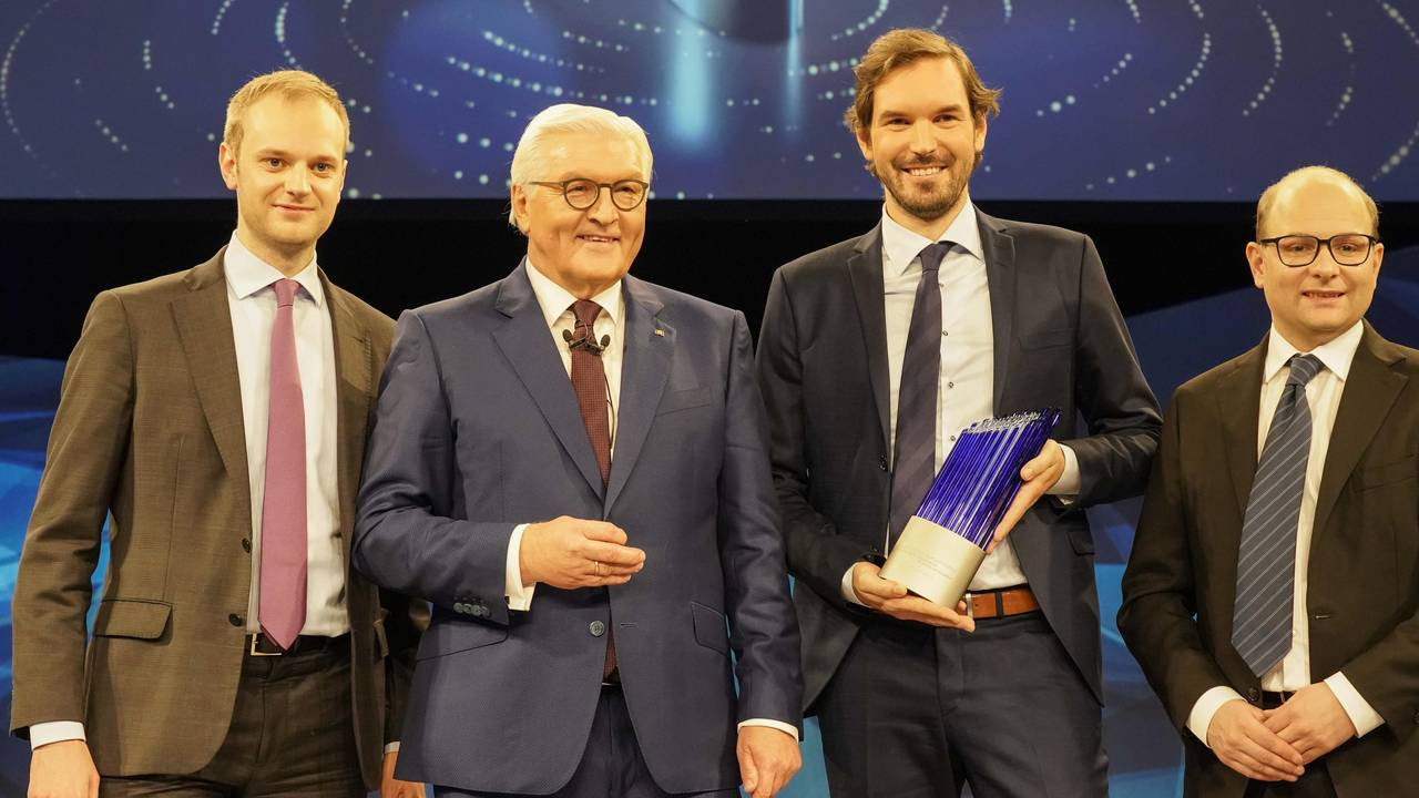 Federal President Frank-Walter Steinmeier presents the German Future Prize to Alexander Rinke, Martin Klenk and Bastian Nominacher.