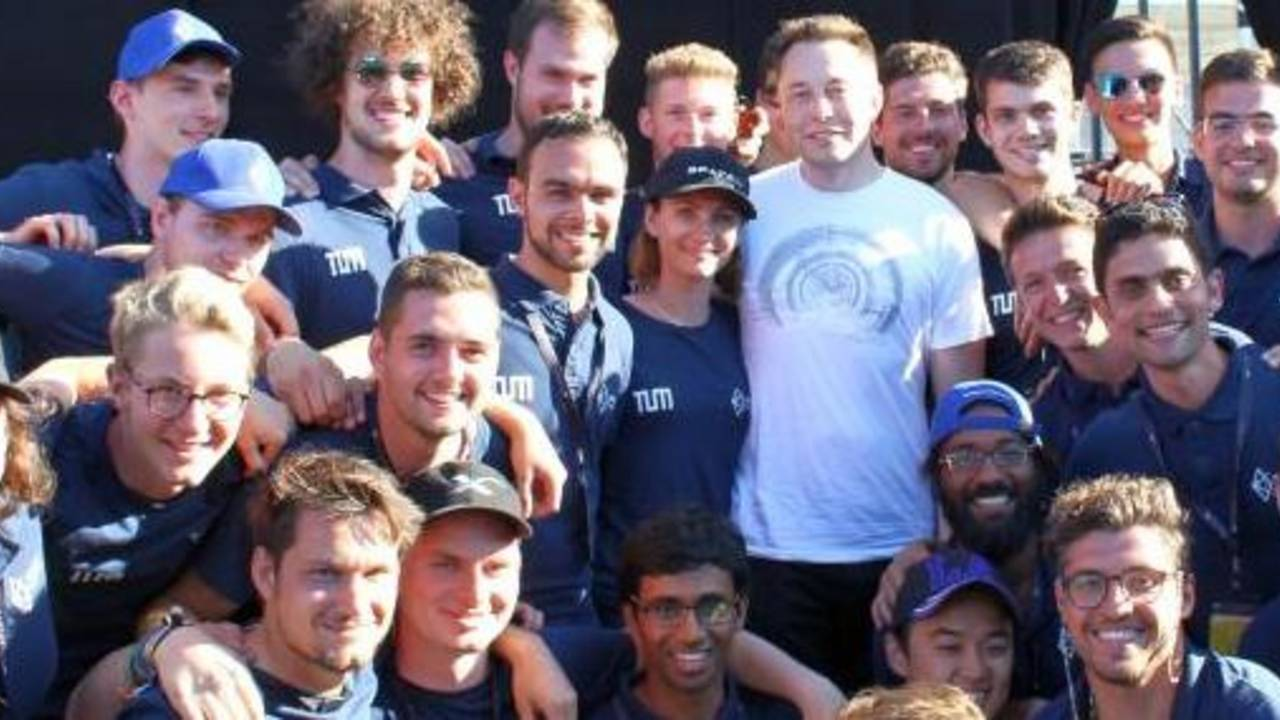 Elon Musk mit dem WARR Hyperloop Team.