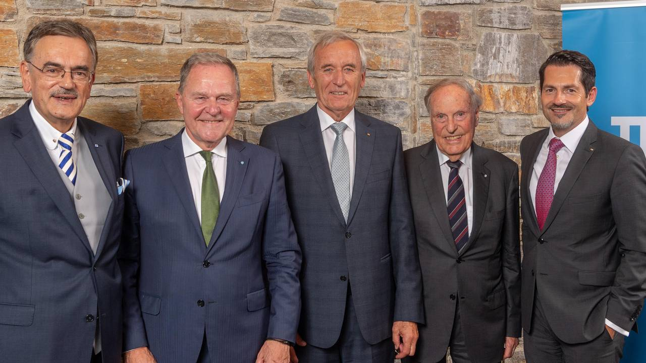 Prof. Dr. Wolfgang A. Herrmann, President of the TUM, (r.) and Prof. Dr. Thomas Hofmann, designated President of the TUM, (r.) award the Golden Ring of Honour of the TUM to Dr. Wolfgang Heubisch, Prof. Arnulf Melzer and Dr. Hermann Balle (l.t.r.).