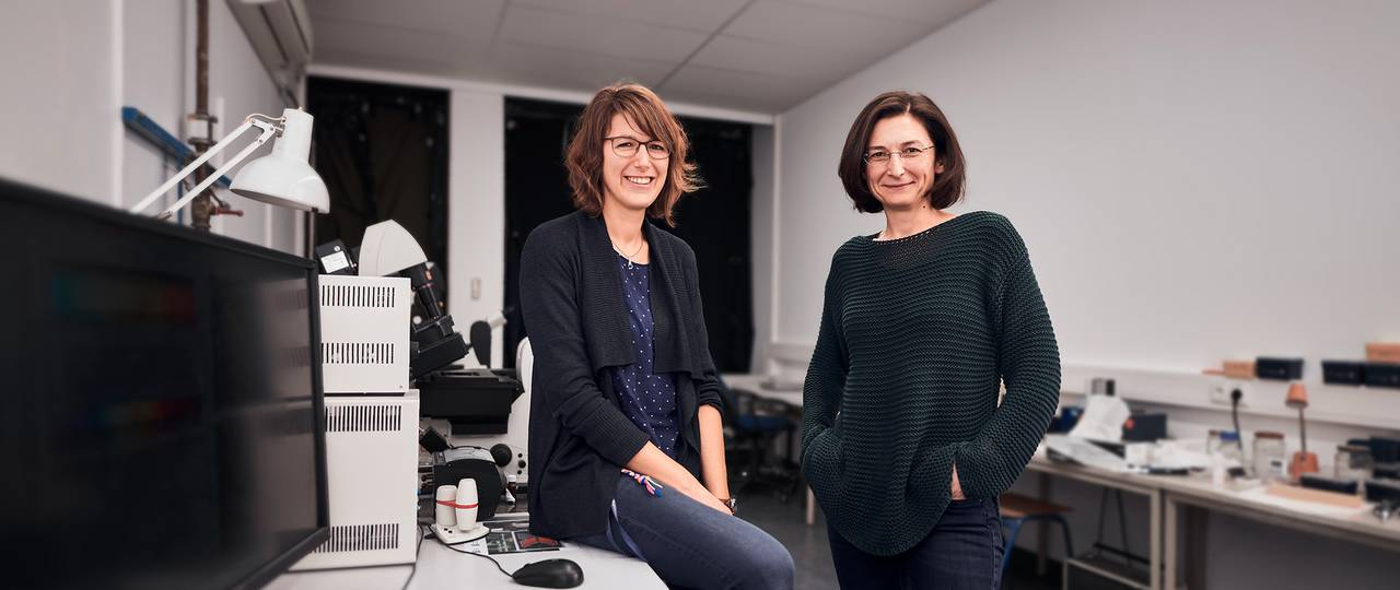 First author Angela Oberhofer and Dr. Zeynep Ökten in the microscope room.