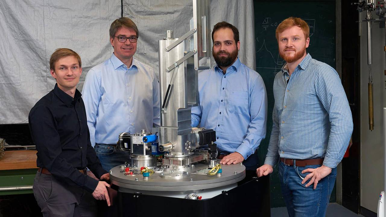 Alexander Regnat, Prof. Christian Pfleiderer, Jan Spallek and Tomek Schulz with their cooling system for extremely low temperatures.