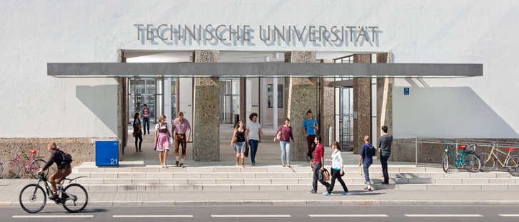 Main entrance to the university at the Munich city campus.