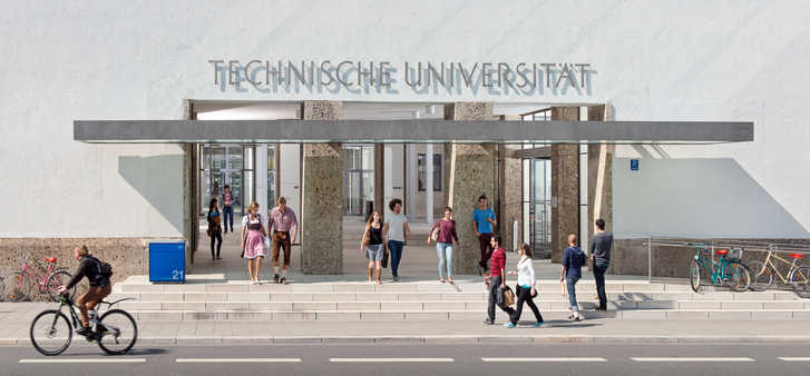 Students at the main entrance of TUM (Image: Heddergott)