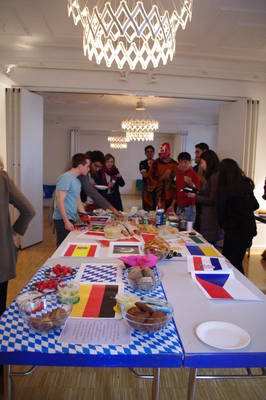 At the International Evening, we eat together... (Image: Laetitia Eichner)