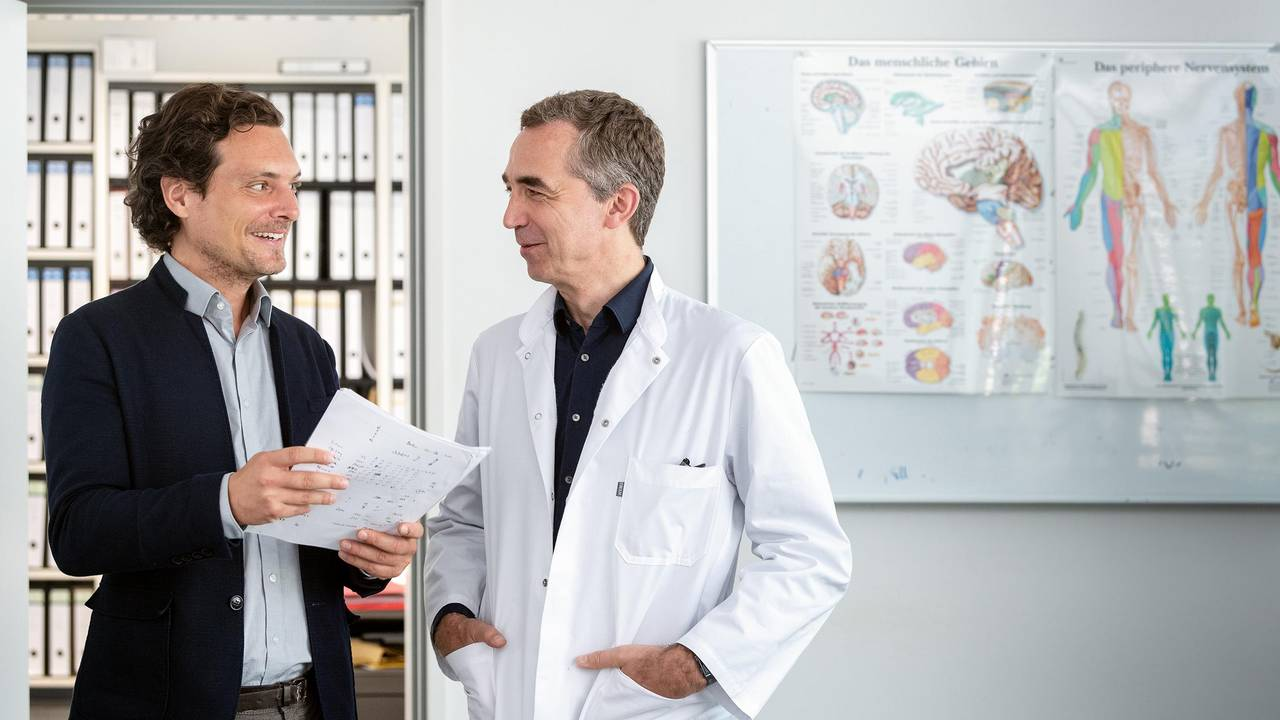 PD Dr. Alexander Hapfelmeier (left) and Prof. Bernhard Hemmer discuss the results of the MS-study.