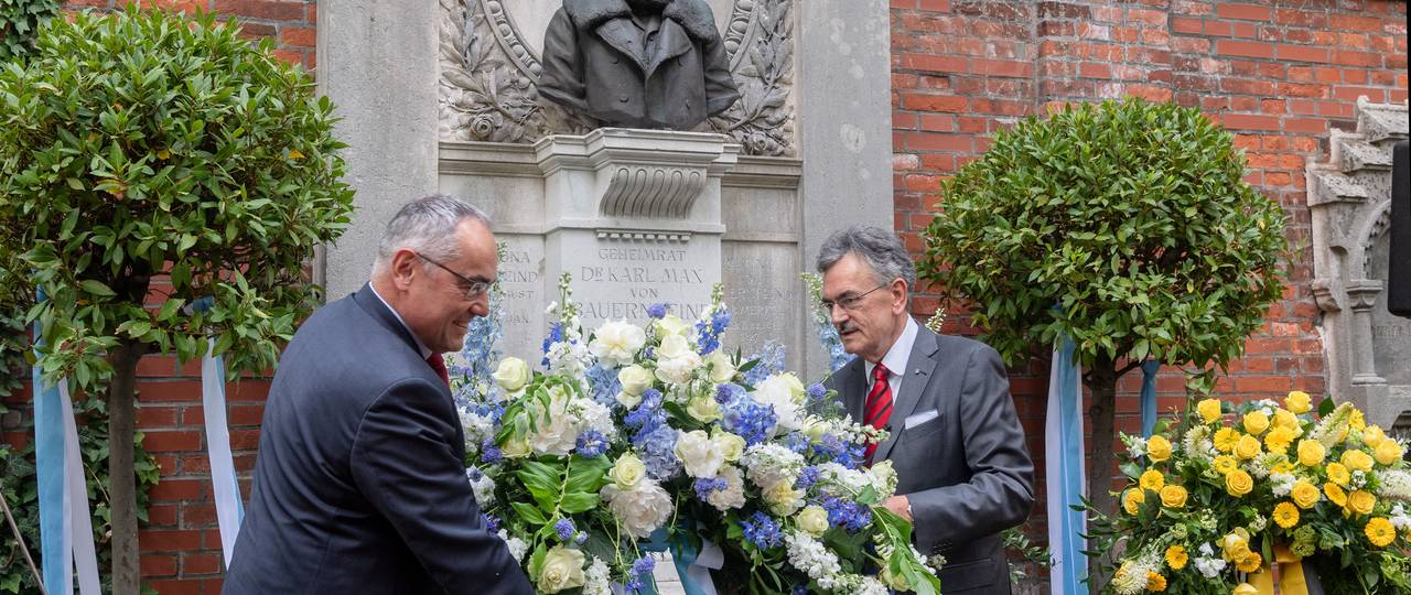 President Wolfgang A. Herrmann and Chancellor Albert Berger (left) place a wreath at the tomb. (Photo: A. Heddergott/ TUM)