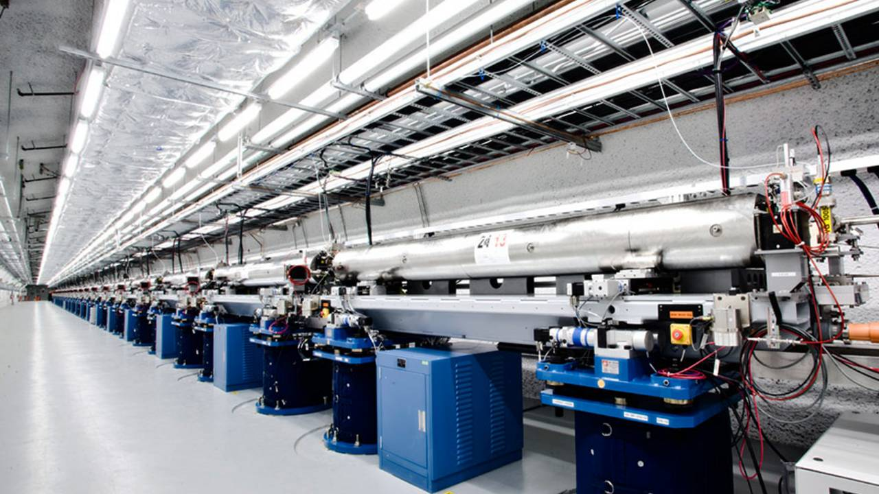 Undulatorhalle der Linac Coherent Light Source des SLAC – Bild: SLAC National Accelerator Laboratory