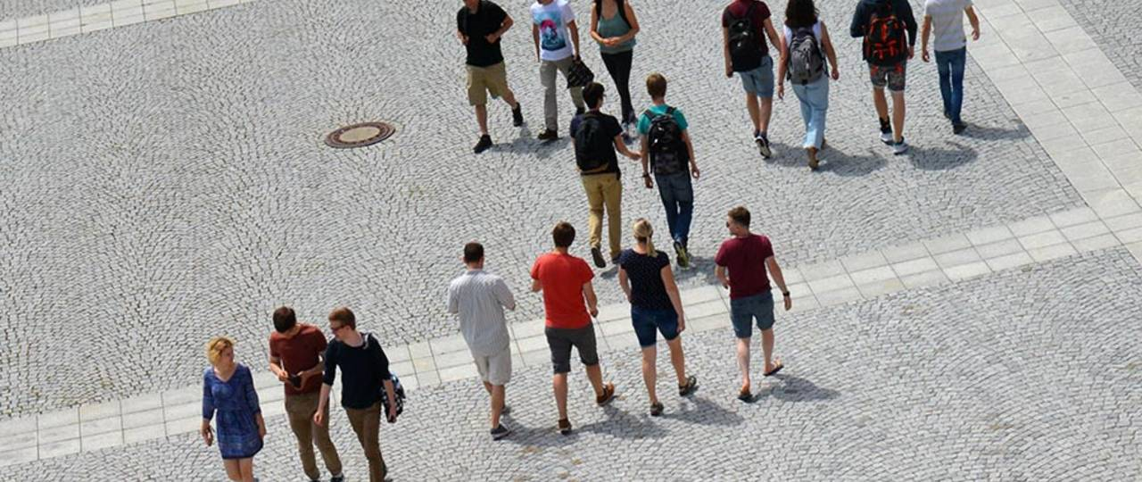 Moving across a square groups of people create patterns which can be analyzed mathematically. – Photo: Andreas Battenberg / TUM