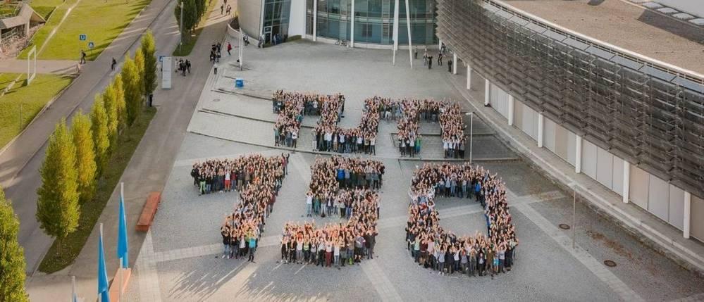 "1200 Erstsemesterstudierende des Jubiläumsjahrgangs 2017 formen am Campus Garching den Schriftzug ""TUM 150"""