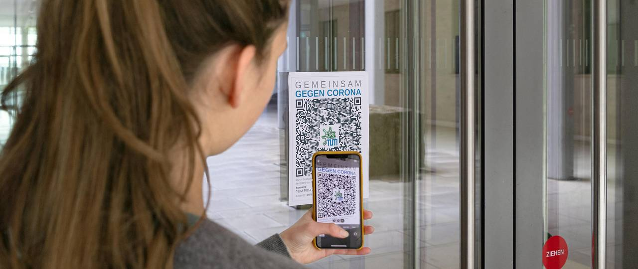 A QR-code is scanned unsing a smartphone.