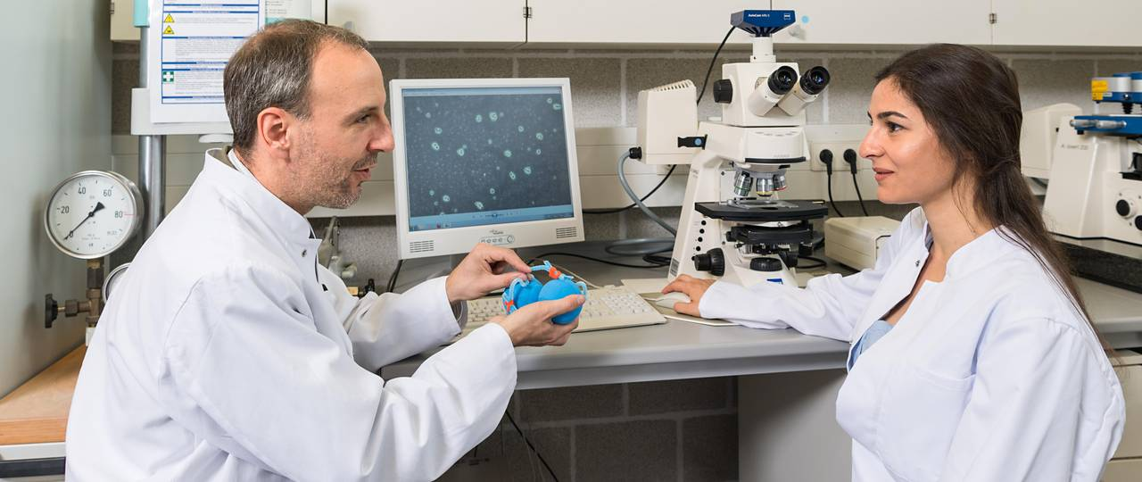 Prof. Oliver Lieleg and Ceren Kimna are conducting research on nanoparticles that release drugs precisely into the affected cells.