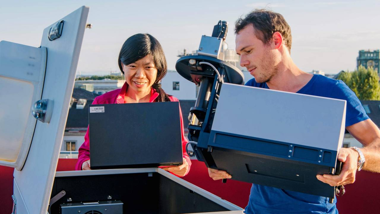 Prof. Jia Chen and project manager Florian Dietrich at one of the sensors for measuring urban greenhouse gas emissions.