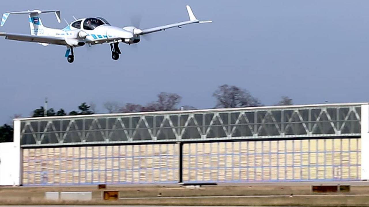 TUM's research aircraft lands fully automatically without ground-based systems