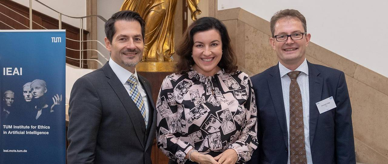 Minister of State Dorothee Bär, Federal Government Commissioner for Digital Affairs (center), Prof. Thomas F. Hofmann, President of TUM (left) and Prof. Christoph Lütge