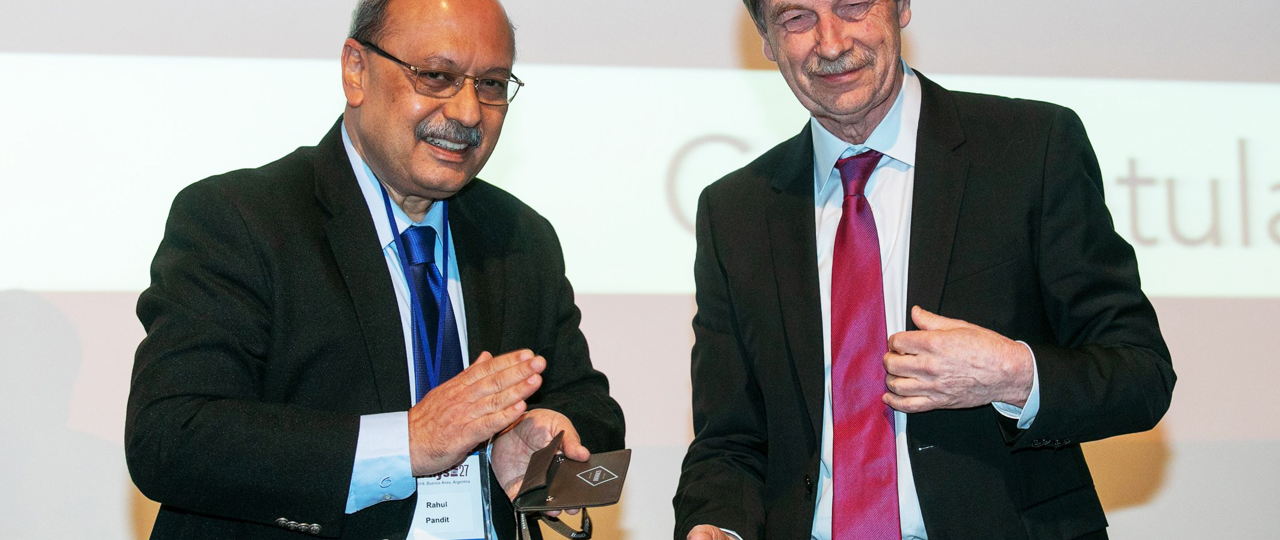 Prof. Rahul Pandit (l.), Chairman of the IUPAP Commission for Statistical Physics, presented the Boltzmann Medal to Prof. em. Herbert Spohn (r.) in Buenos Aires.