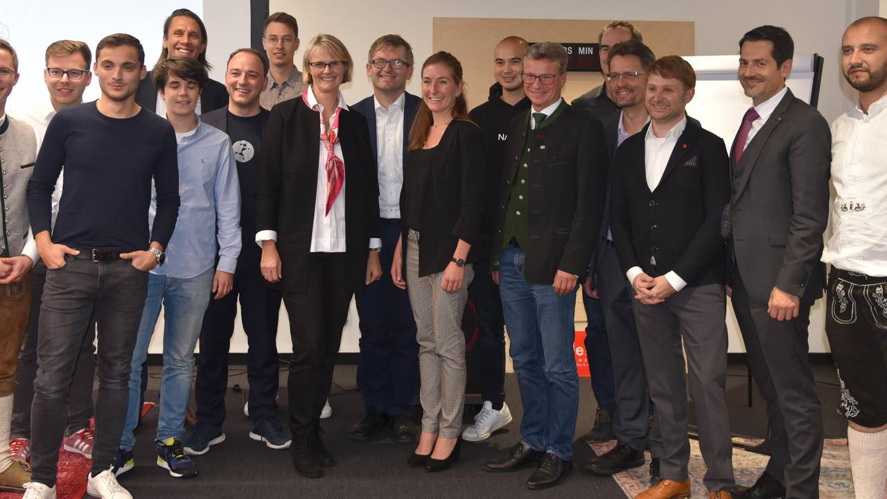 Minister Anja Karliczek with start-up founders and representatives of TUM and UnternehmerTUM.