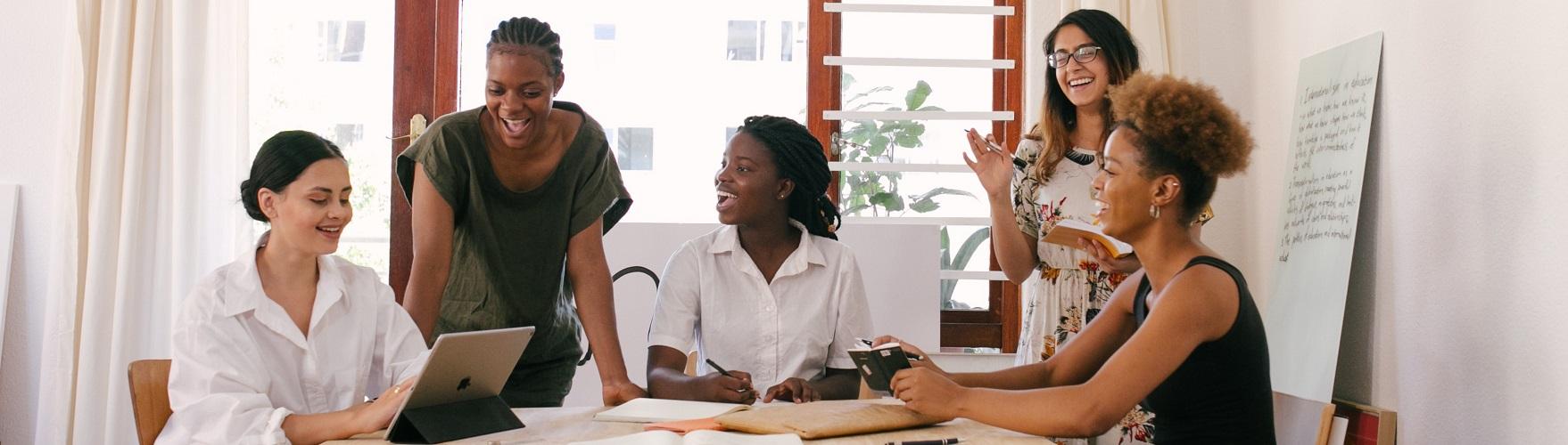 Gruppe von Studierenden in einem Meeting