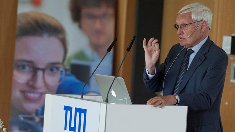 Joachim Frank bei seiner Festrede im TUM-Institute for Advanced Study.