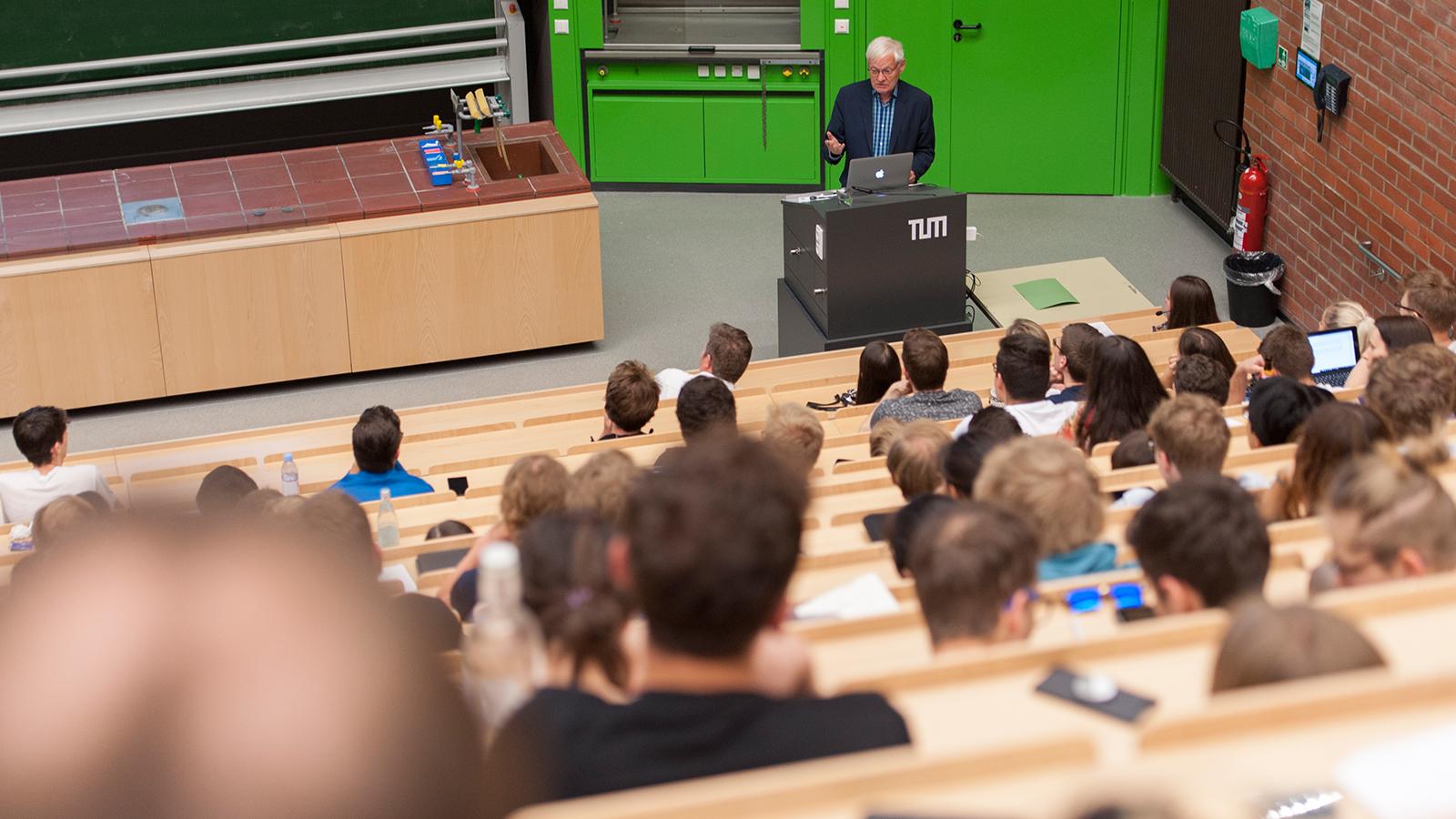 "Joachim Frank bei seiner Vorlesung ""Single-particle cryo-EM - the path to atomic resolution"" am Campus Garching"