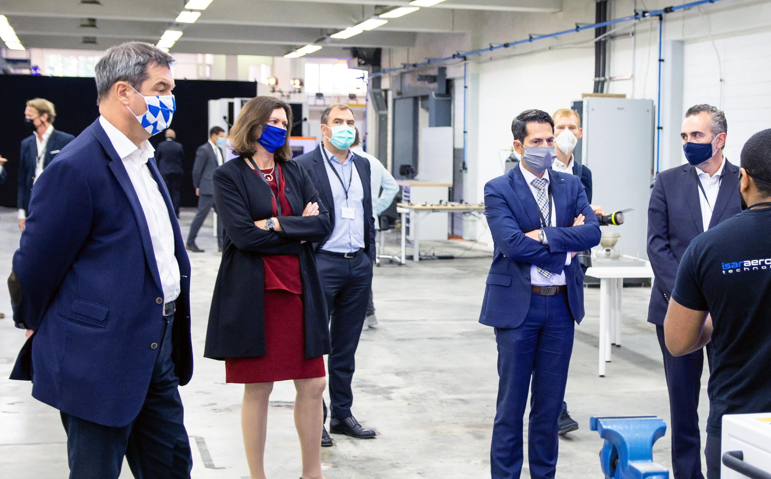 Bei der Eröffnung der Produktionshallen (v. li.): Ministerpräsident Dr. Markus Söder, Ilse Aigner, Präsidentin des Bayerischen Landestags, TUM Präsident Prof. Dr. Thomas F. Hofmann.