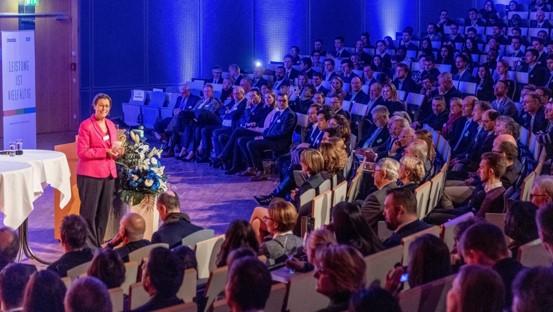 Moderatorin und Publikum