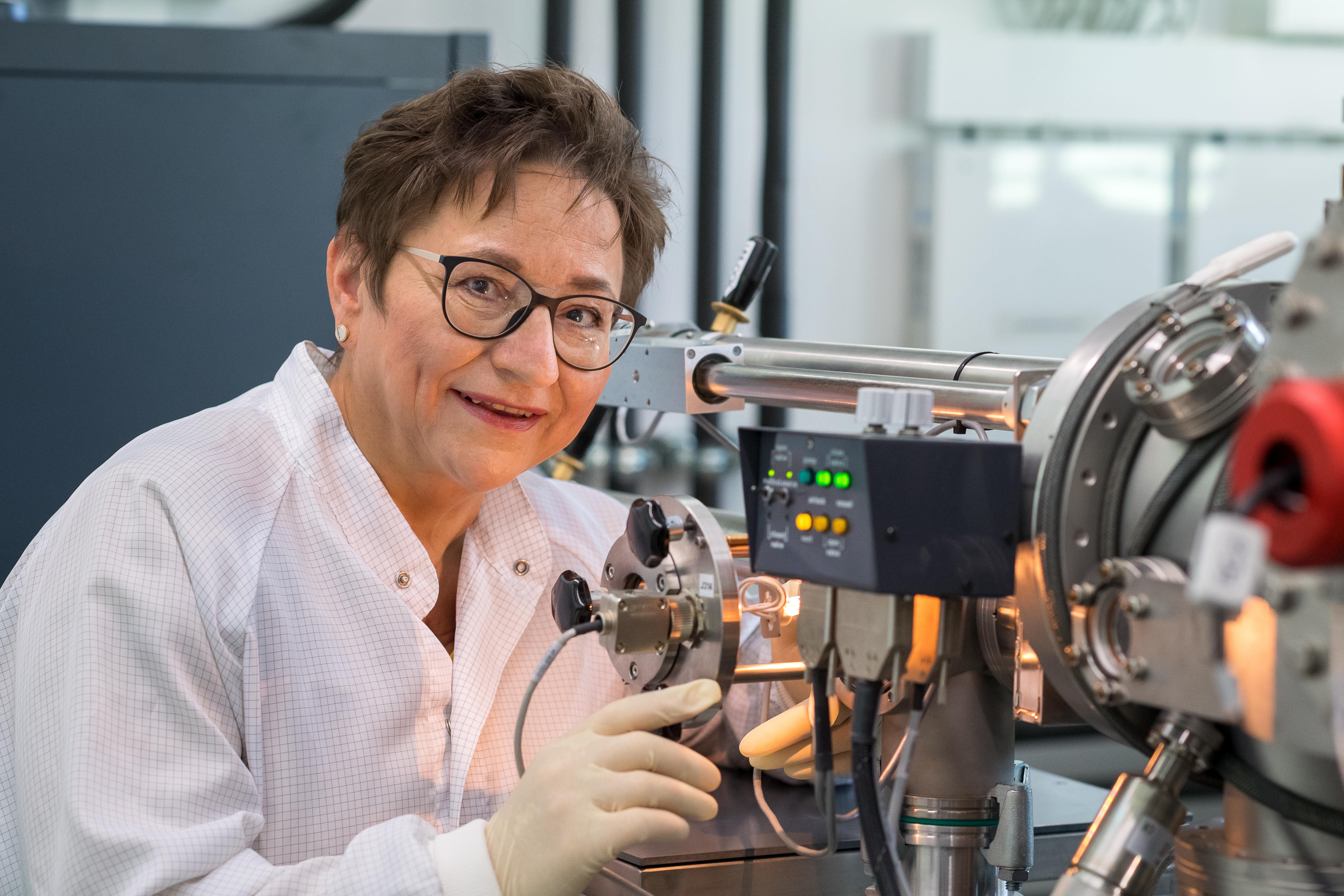 Mit moderner Technik untersucht Ingrid Kögel-Knabner in ihrem Labor am Lehrstuhl für Bodenkunde der TUM die Proben.