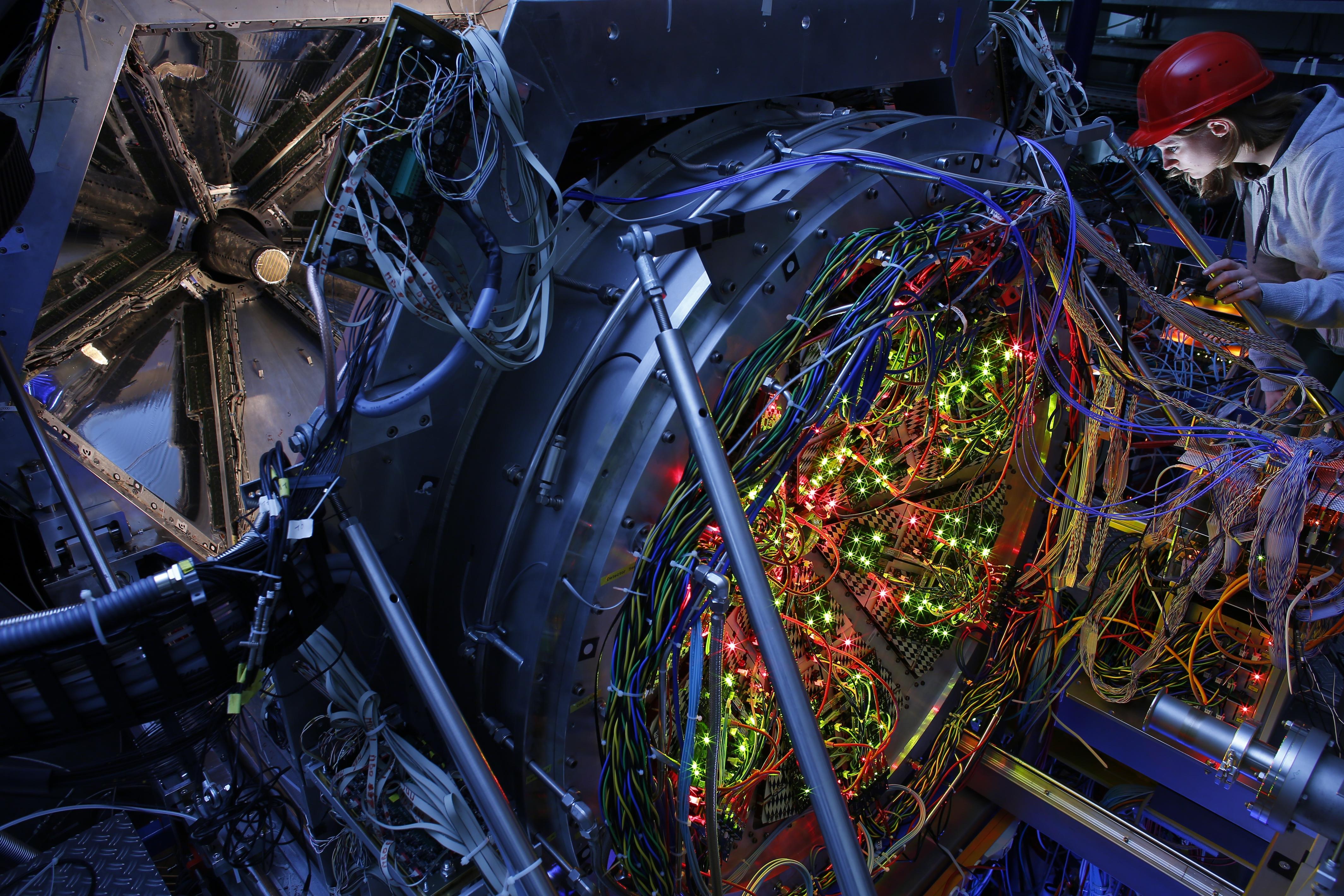 Mit einer speziellen Digitalkamera ermöglicht das HADES-Detektorsystem die Untersuchung von Atomkernen unter hohem Druck, so wie er auch beim Verschmelzen von Neutronensternen entsteht.
