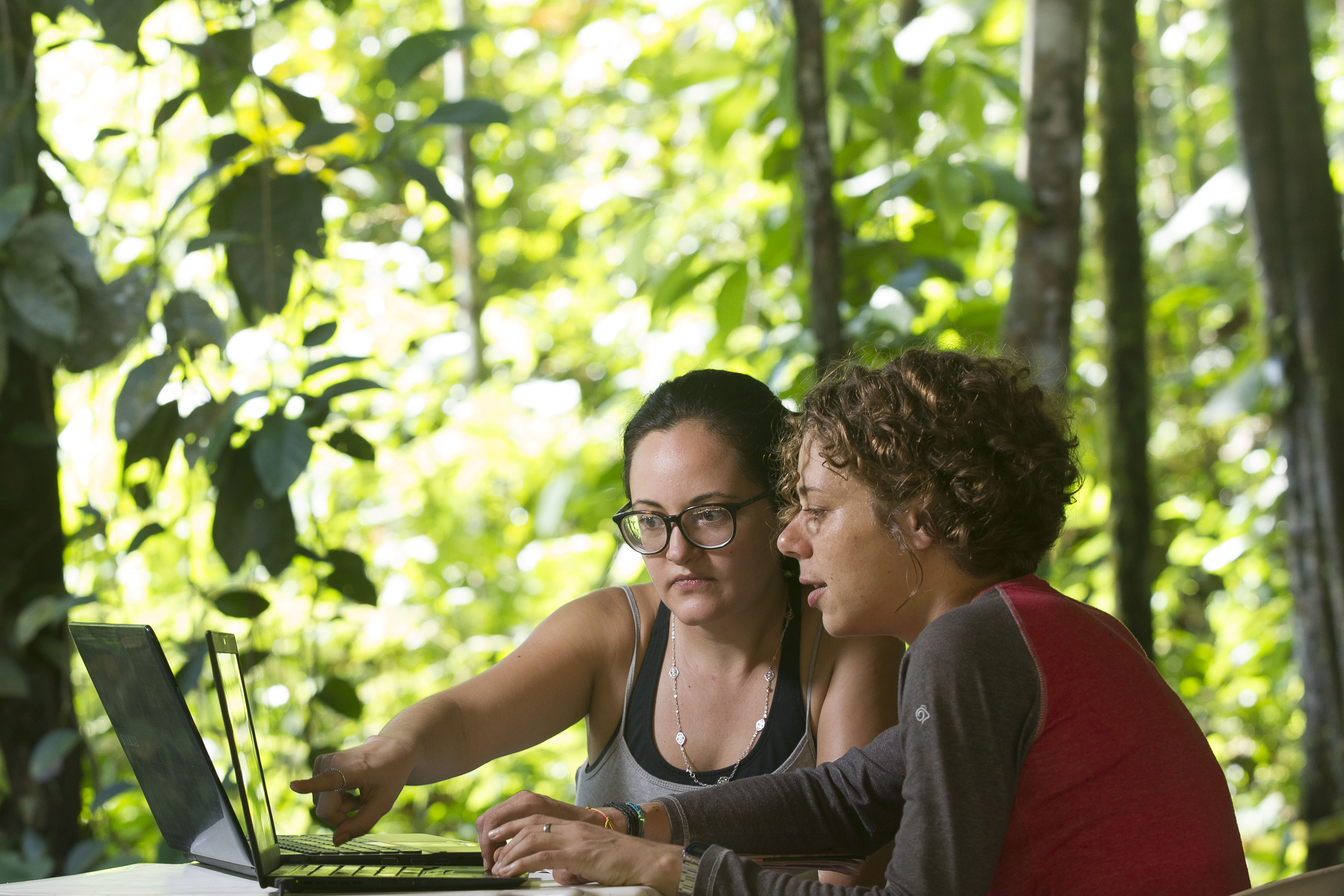 Katrin Fleischer (r.), researcher at the TUM, and Sabrina Garcia (l.) from the Instituto Nacional de Pesquisas da Amazônia working in the Brazilian rainforest.